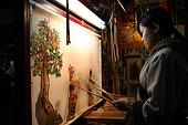 四川成都锦里古镇上的传统皮影戏表演者