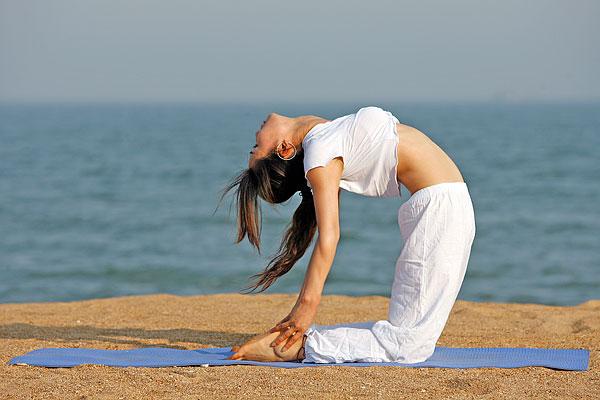 海边练瑜伽的女孩