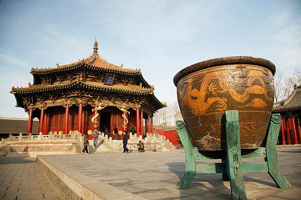 辽宁沈阳旅游景点-沈阳故宫-大政殿传统历史建筑与殿前大缸