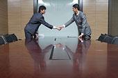 会议室握手的商务男士
