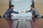 会议室里握手的商务人士