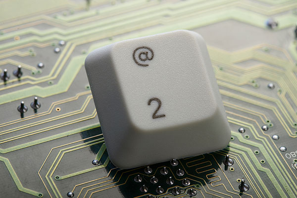 白色键盘2键的键盘帽和电路板