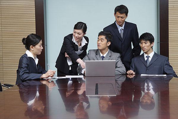 会议室讨论问题的商务人士