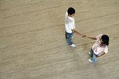 互相握手的年轻人