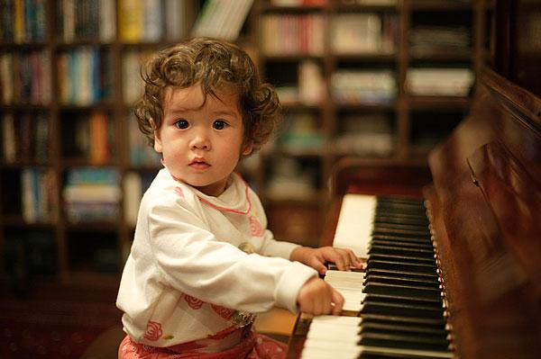 小女孩弹钢琴_小女孩弹钢琴图片