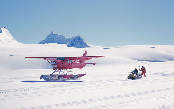 雪地上起飞的飞机