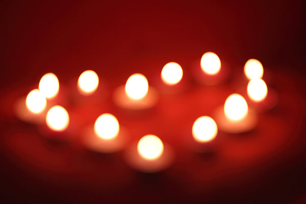 心形蜡烛围着车