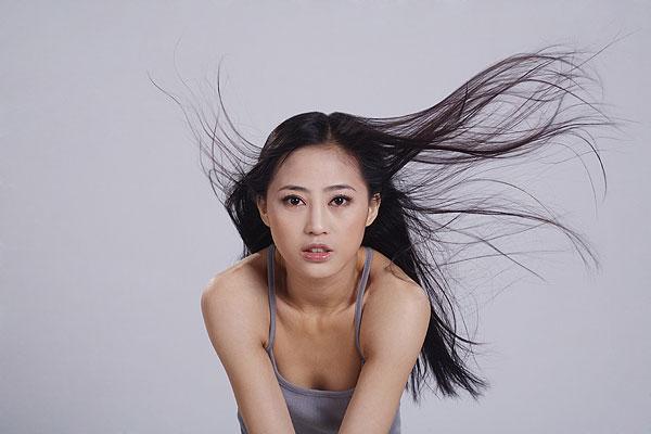 甩动头发的中国年轻女人