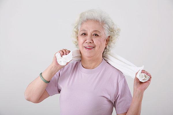 擦汗的白发老人图片