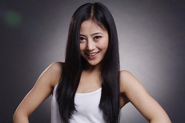 一位长头发的中国年轻女人图片