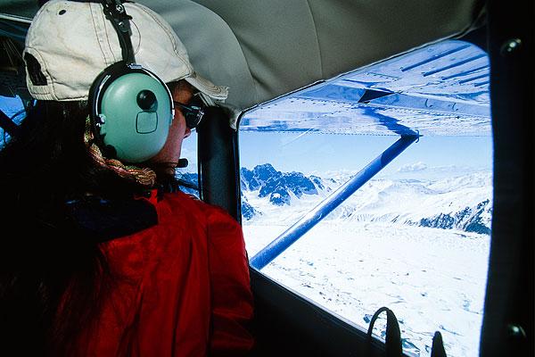 私人飞机驾驶舱内的女性