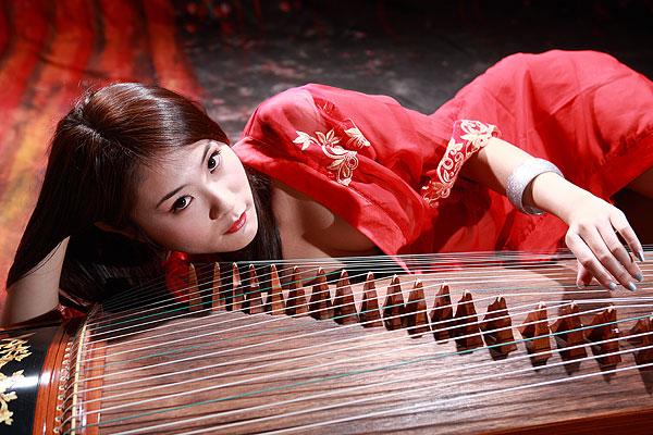 弹古筝的古典美女