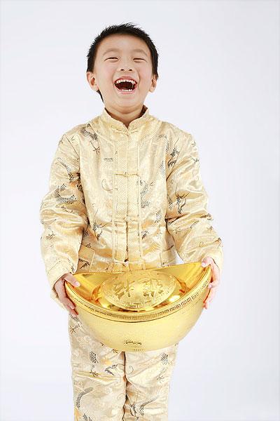 捧着大金元宝的小男孩