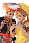 中国少数民族女人打电话