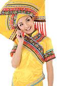 中国少数民族壮族女人打电话