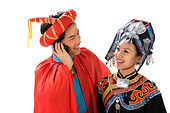 中国少数民族情侣打电话