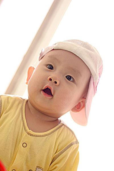 歪戴帽子的可爱婴儿
