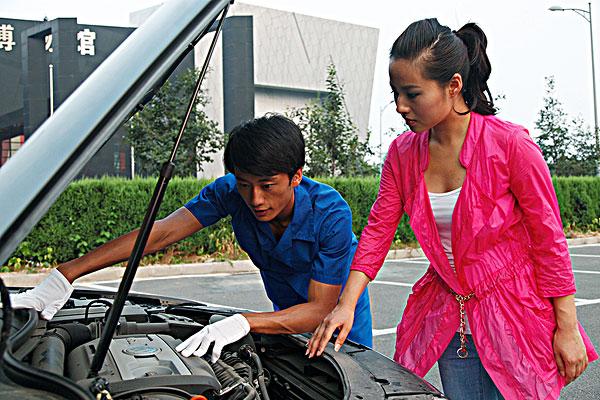 青年男汽车维修人员