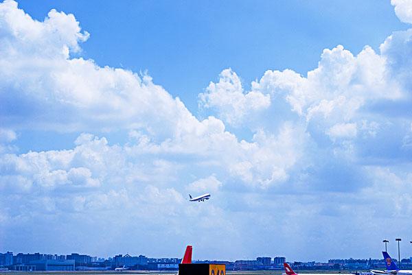 从候机大厅看飞机起飞