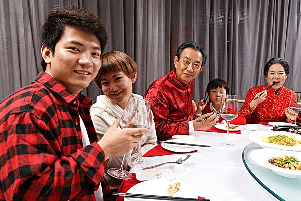 东方家庭过年吃团圆饭图片