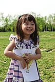 一个小女孩在户外玩耍