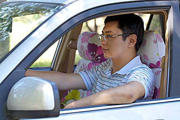 开车的成功商务男士-全景图片-读图时代