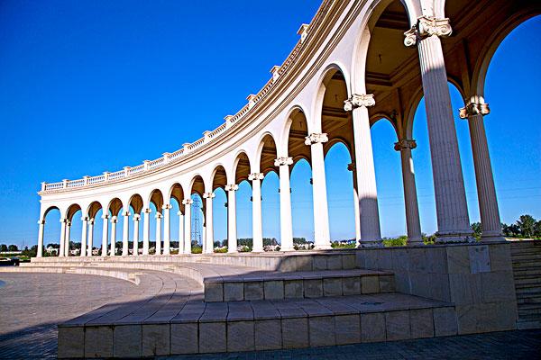 蓝天下欧式建筑北京拉斐特城堡酒店广场上的长廊