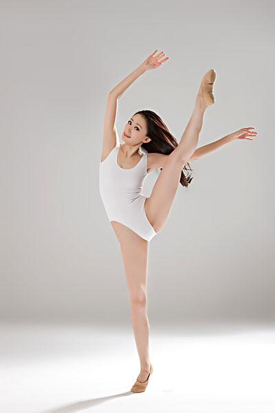 青年女人舞蹈 全景图片