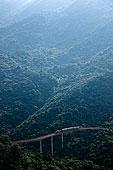 大梅沙东部华侨城茶溪谷弯延在山间的森林小火车铁图片