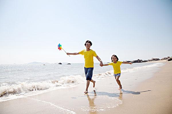 与老了的父母牵手的照片_父亲牵手孩子背影百度图片 ...