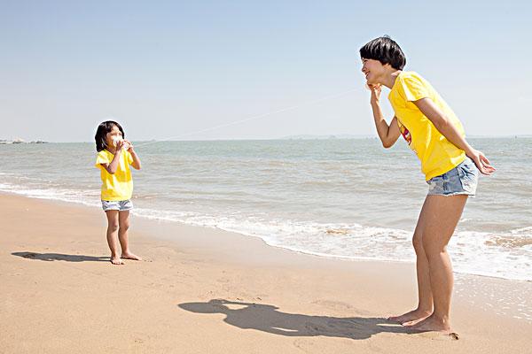 妈妈和孩子在海边玩耍嬉戏