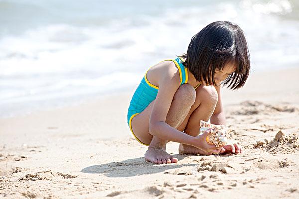 小女孩在海边玩耍嬉戏