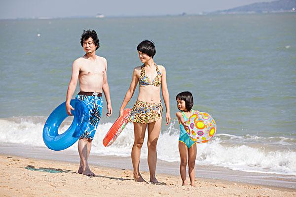 一家人在海边度假