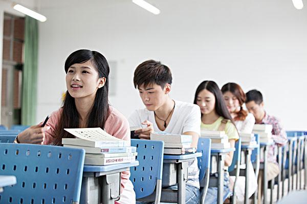 大学生在教室学习