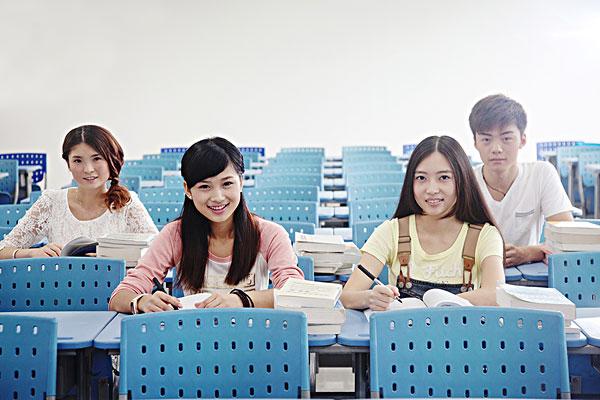 四个大学生在教室学习