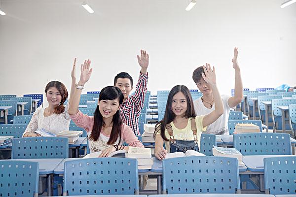 五个大学生在教室学习