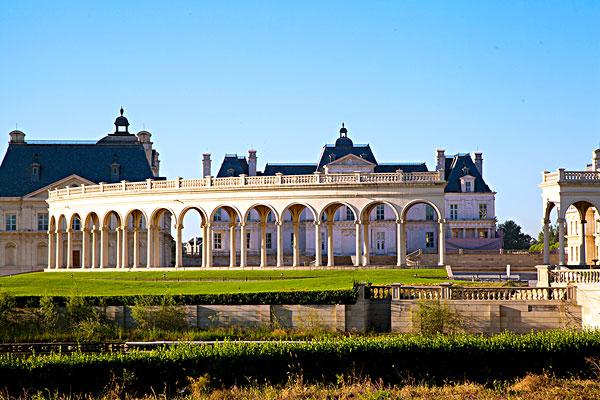 蓝天下欧式建筑北京拉斐特城堡酒店图片