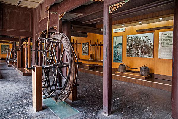 四川自贡市盐业历史博物馆展示的自贡盐业历代凿井,打井,采卤使用的各