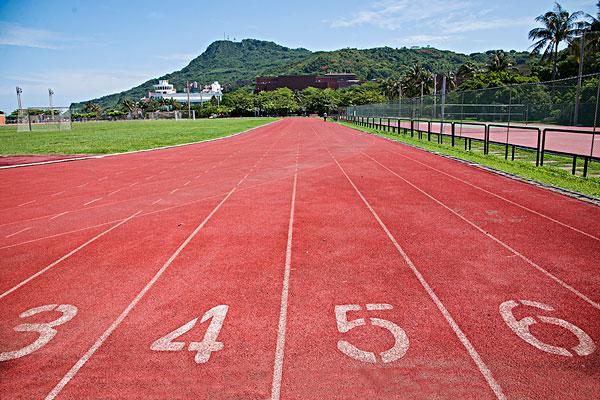 在操场的跑道上跑步
