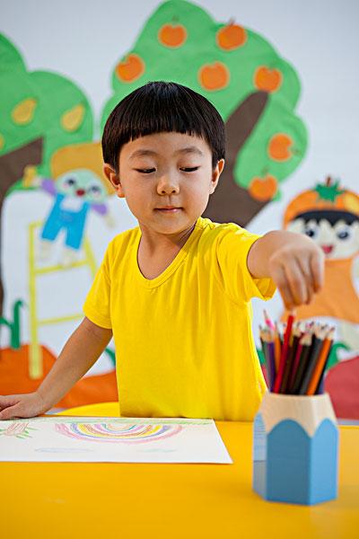 小男孩画画