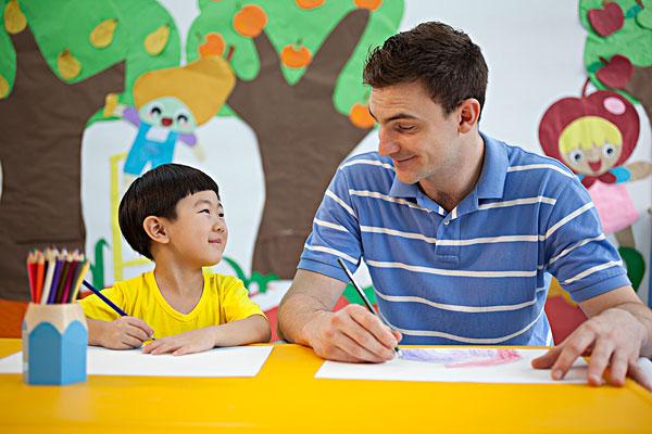 外教和小男孩一起画画