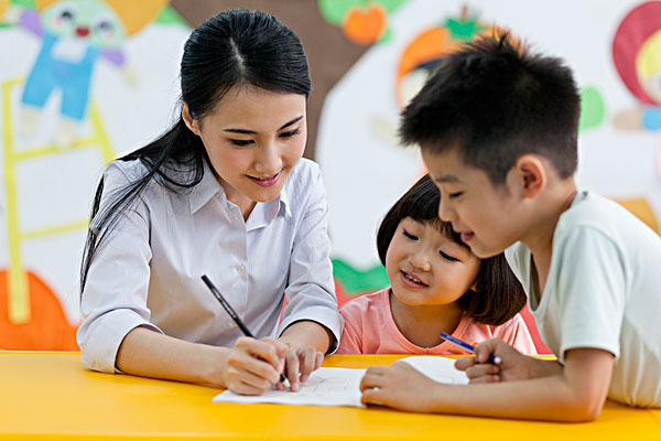 百科 >卡通读书  女老师和小朋友一起学习