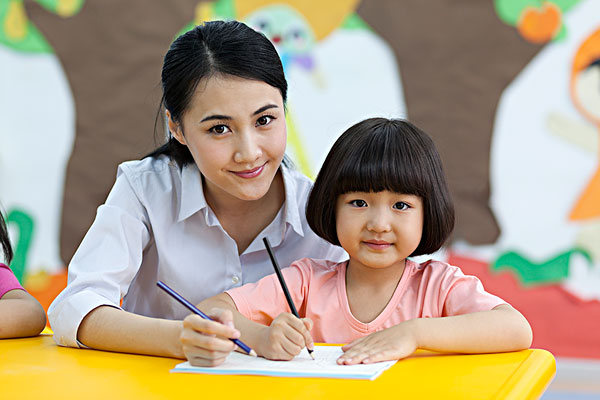 女老师和小朋友一起学习
