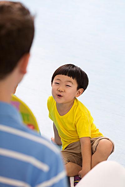 男外教和小朋友一起玩耍