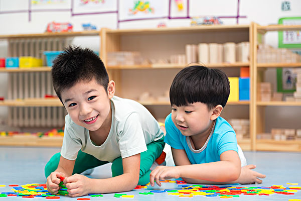 小朋友在幼儿园玩耍