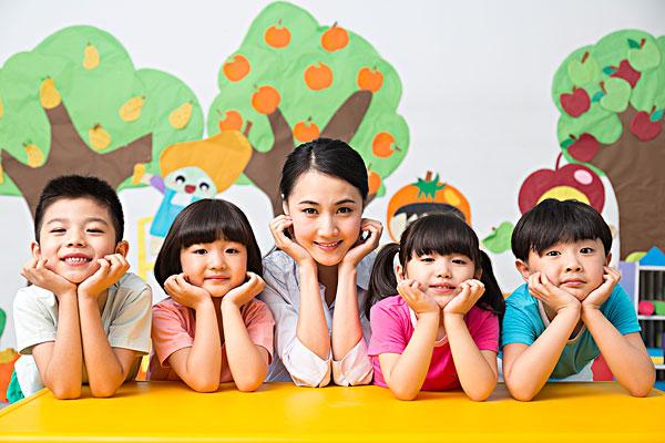 女老师和小朋友一起玩耍