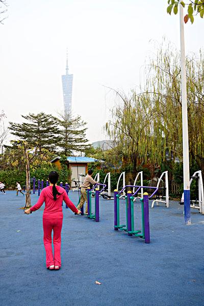 广州塔下健身的人二沙岛体育公园