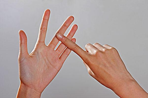 右手食指放在五指展开的左手上图片