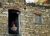 云南元阳村庄里抽水烟的男人