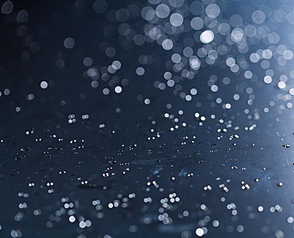 深蓝色背景的小水珠圆形光斑